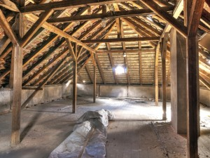 altbau-dachboden-ohne-daemmung-miredi-fotolia
